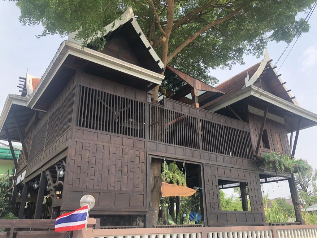 บ้านทรงไทยกับแผ่นอะคริลิค