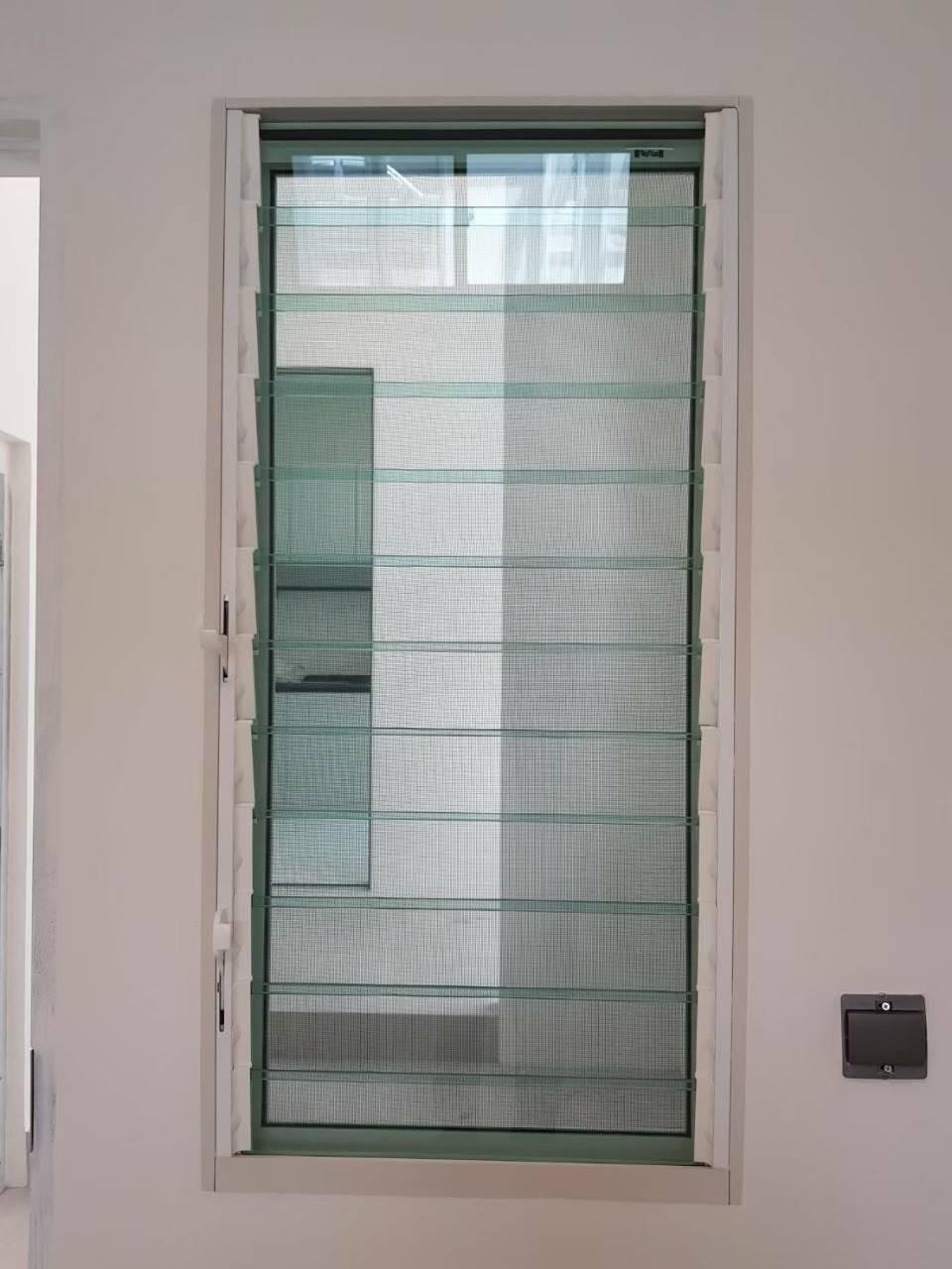 ตัวอย่างประตูกระจกบานเกล็ด